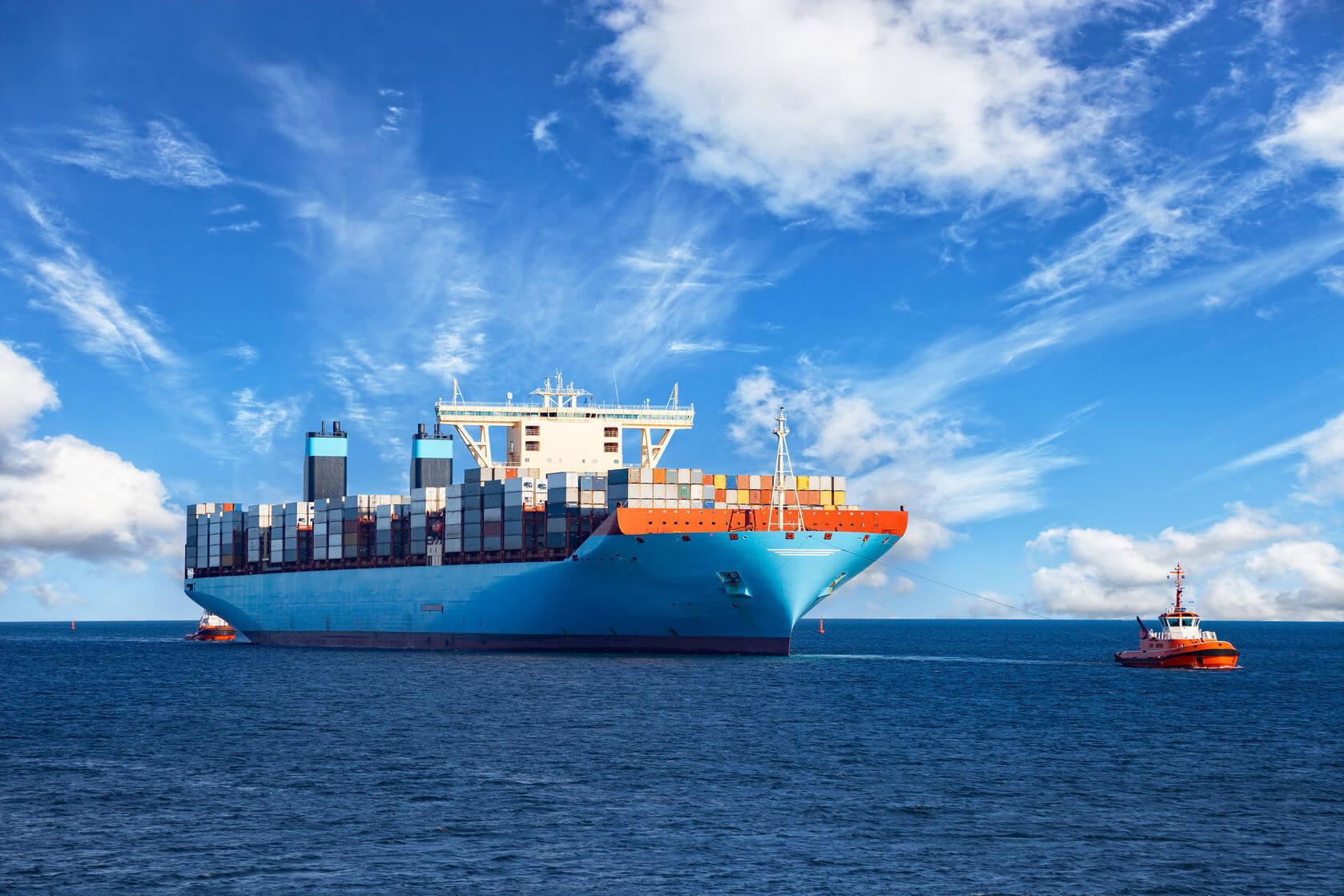 海を渡る貨物船